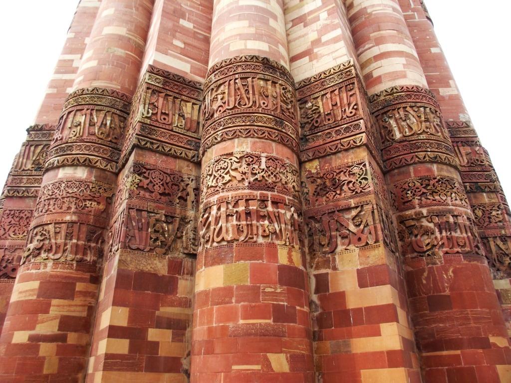 A Kutub Minar dúsan faragott kalligráfiái. Fotó: Papp Éva